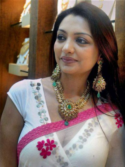 Hot-Indian-aunties-saree.jpg
