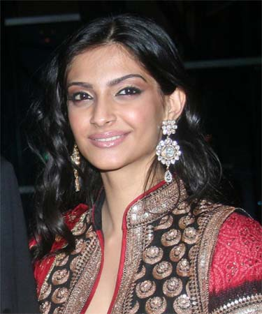 Watch and Download Sonam kapoor's LQ Scans from